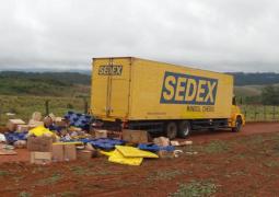 Bandidos assaltam caminhão dos Correios na BR-262 e veículo é abandonado com reféns