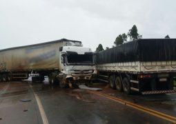 Motorista de carreta fica ferido após colisão na BR-262 em Campos Altos