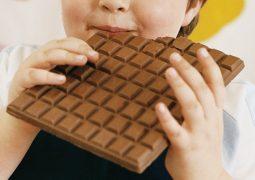 Adolescentes acima do peso mastigam diferente aumentando a obesidade, segundo pesquisa