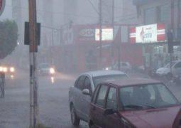 Chuva de granizo e vendaval assusta moradores da cidade de Patos de Minas