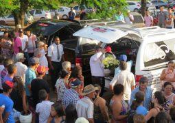 Enterro de casal de namorados mortos em acidente reúne multidão e amigos prestam homenagens