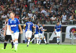 Cruzeiro domina clássico e conta com esperteza de Arrascaeta para vencer Atlético