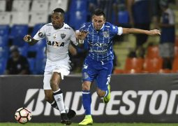 Atlético sofre gol relâmpago, cria pouco, mas busca empate em estreia na Libertadores