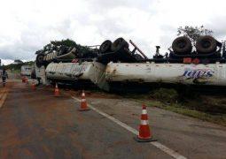 Carreta tomba e derrama mais de 20 mil litros de óleo na BR-262 em Ibiá