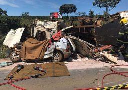 Acidente com 4 veículos interdita o trânsito e deixa uma pessoa morta na BR365