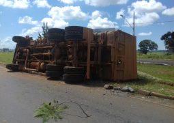 Caminhão carregado de silagem tomba no trevo de acesso à São Gotardo