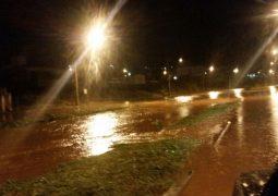 Água de córrego transborda durante temporal em São Gotardo e causa estragos