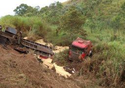 Pista molhada causa novo acidente envolvendo carreta na BR-354