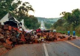 Grave acidente envolvendo caminhões na BR-262 em Ibiá faz vítima fatal