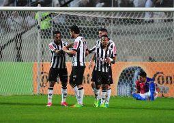 Com gol olímpico, Atlético supera Paraná no Horto e avança às quartas na Copa do Brasil