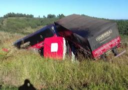 Condutor de carreta passa mal e sofre acidente na BR-262 em Campos Altos
