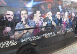 Van da cantora sertaneja Marília Mendonça realiza ação promocional em São Gotardo e empolga público da FENACEN 2017