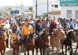 Com a participação de mais de 2 mil pessoas, Cavalgada da FENACEN 2017 é realizada em São Gotardo