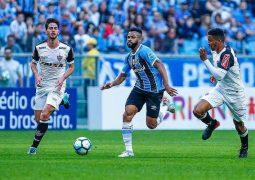 Atlético poupa titulares, vacila na bola aérea do Grêmio e perde mais uma no Brasileiro
