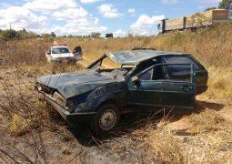 Motorista perde o controle de veículo e capota próximo ao trevo de Guarda dos Ferreiros