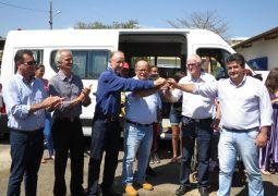 Com ajuda de vereadores, APAE de São Gotardo ganha Van especial para transportar alunos
