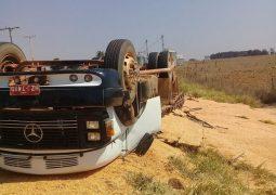 Caminhão carregado tomba próximo ao trevo de Rio Paranaíba e deixa uma vítima fatal