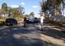 Após acidente com morte, Bombeiros retiram árvores às margens da BR-354 em Rio Paranaíba