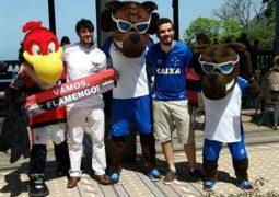 Mascotes de Cruzeiro e Flamengo fazem 'tour' pelo Rio com torcedores