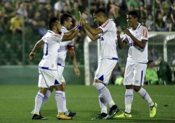 Em noite de Fábio e Raniel, Cruzeiro faz 2 a 1 na Chapecoense e encerra 23ª rodada no G6