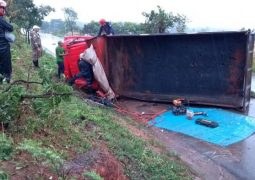 Motorista fica ferido após perder controle direcional em pista molhada e tombar caminhão na BR-354