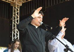 Pe. Juarez de Castro e Tonho Prado, agitam e abençoam Festa em Louvor a Nossa Senhora Aparecida em São Gotardo