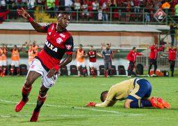 Cruzeiro cria pouco, perde para o Flamengo e cai para 6º lugar no Campeonato Brasileiro