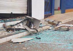 Grupo explode caixa de agência bancária e usa miguelitos para impedir passagem de policias em Arapuá, MG