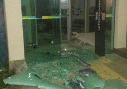 Agência bancária em Tapira é alvo de criminosos, que atingem também viatura da PM durante a ação