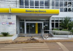 Jovem perde o controle de veículo e acerta em cheio entrada do Banco do Brasil de São Gotardo