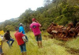 Motorista perde o controle e caminhão tomba na MG-235 entre as cidades de Matutina e São Gotardo