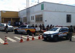 Famílias que invadiram terras em Guarda dos Ferreiros, realizam protesto na Prefeitura de São Gotardo