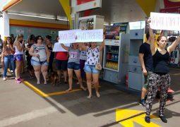 """Manifestantes cobram volta de cadelinha """"xodó"""" em Patos de Minas, que estaria hoje em São Gotardo"""