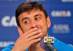 Robinho elogia torcida celeste e alfineta rival: 'Só o Cruzeiro que coloca 50 mil'