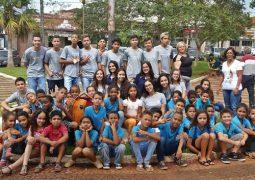 """Alunos da escola Professor José Antônio dos Santos e membros do Interact Club realizam """"Tarde do Abraço Grátis"""" em São Gotardo"""