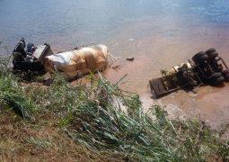 Após motorista perder o controle direcional, carreta cai em lago na BR-354