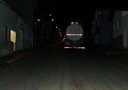 Bitrem carregado de leite não consegue subir Avenida em São Gotardo e fica parado no meio da pista