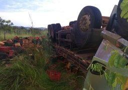 Caminhão carregado de cenouras com placas de São Gotardo tomba na MG-187