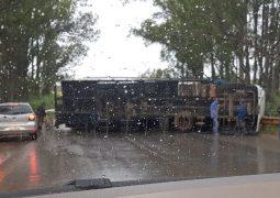 Caminhão tomba e interdita trânsito na BR-354 próximo ao distrito de Guarda dos Ferreiros