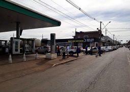 Gasolina chega em posto de combustível de São Gotardo e causa fila quilométrica