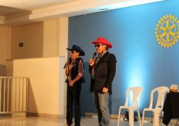 Em novo show, Nilton Pinto e Tom Carvalho arrancam gargalhadas da platéia em São Gotardo