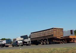 Greve dos caminhoneiros continua na BR-354 em São Gotardo. Veja quais veículos podem passar