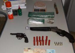 """Polícia encontra drogas e armas, monta """"tocaia"""" e identifica e prende homem pelo crime de tráfico de drogas em Tiros"""