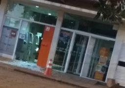 Bandidos tentam explodir agências bancárias em Tiros, bloqueiam passagem da PM, mas fogem sem levar nada