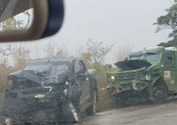 Condutora perde controle direcional de caminhonete e colide com carro-forte na BR 354