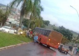 Ônibus perde o freio e arrasta motorista que tentava arrumar o problema do veículo de transportes em São Gotardo