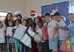 Em parceria com os Correios de São Gotardo, alunos da Escola Sonho Meu são presenteados neste Natal
