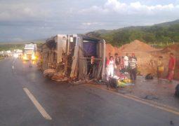 Acidente com ônibus de passageiros deixa duas pessoas mortas e diversos feridos na BR-146 em Serra do Salitre
