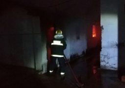 Vídeo: Bombeiros combatem incêndio em depósito no centro de Patos de Minas