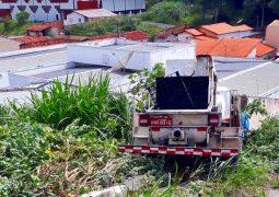 Caminhão perde o controle e acerta veículo e muro empresarial em São Gotardo